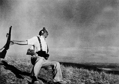 Robert Capa, The falling soldier (Fred Stein International Center of Photography)