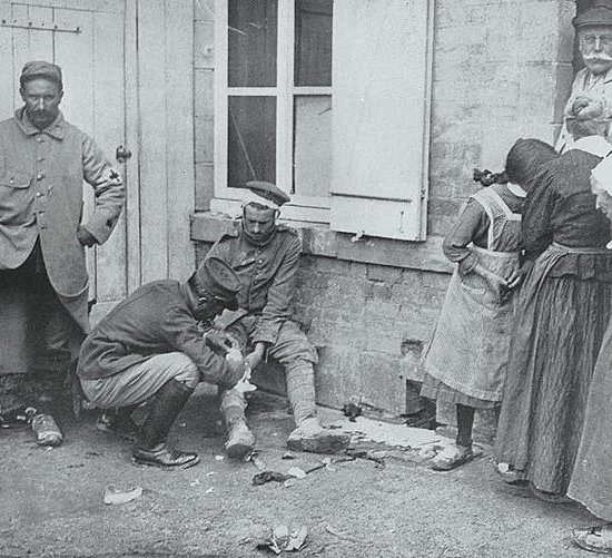Un ufficiale francese soccorre un prigioniero tedesco ferito