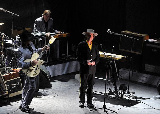 Bob Dylan durante il concerto a Pechino, aprile 2011