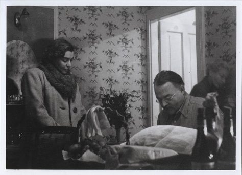 Cortina, Hotel Concordia, 12 ottobre 1948. Hemingway e Fernanda Pivano: in the room, with fruit, flowers and two bottles of Valpolicella. Photo by Ettore Sottsass/Fondazione Benetton Studi Ricerche
