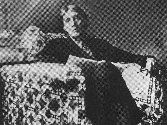 Virginia Woolf con un libro tra le mani