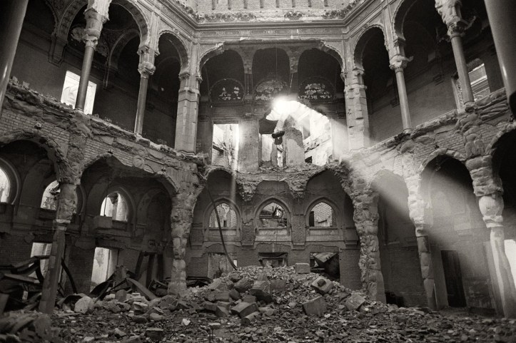 La Biblioteca di Sarajevo subito dopo l'incendio che la distrusse nella notte tra il 25 e il 26 agosto 1993