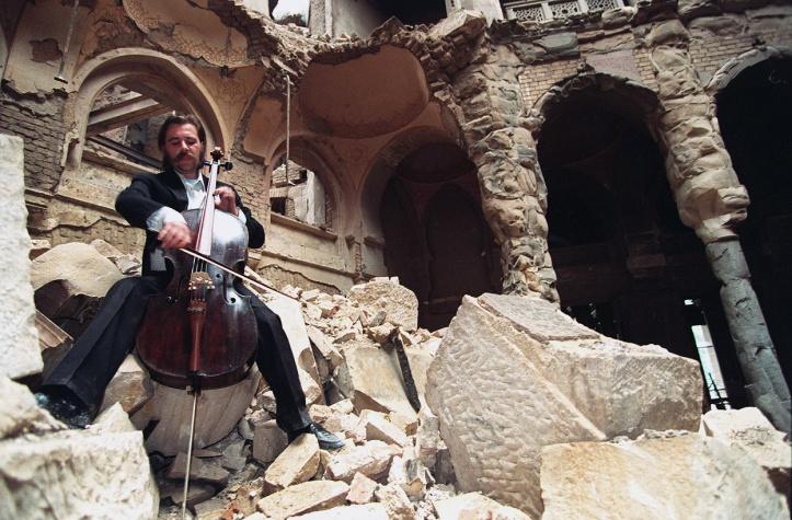 Il violoncellista Smailović suona sui ruderi della biblioteca di Sarajevo