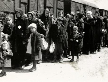 Arrivo degli Ebrei Ungheresi sulla rampa di Auschwitz-Birkenau, 27 Maggio 1944. www.yadvashem.org