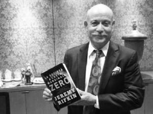 """Jeremy Rifkin con il libro """"La società a costo marginale zero"""""""