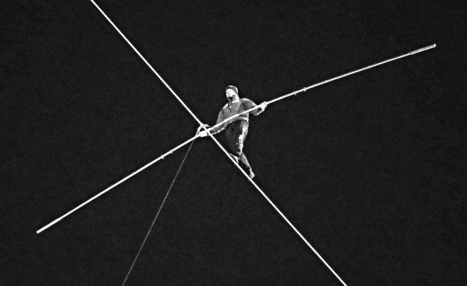NIk Wallenda, discendente di una famiglia di funamboli, cammina su un cavo fra due torri, e sopra il fiume, di Chicago, 2 novembre 2014 (Time.com)